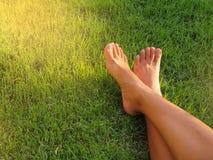 Pé desencapado na grama verde Imagens de Stock Royalty Free