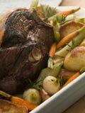 Pé do assado do cordeiro da mola com batatas do assado Fotografia de Stock