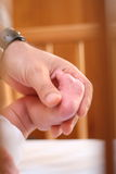 Pé do bebê e mão do seu pai Fotos de Stock Royalty Free