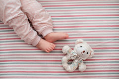 Pé do bebê no fundo listrado A vista da parte superior Imagens de Stock