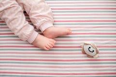 Pé do bebê no fundo listrado A vista da parte superior Imagens de Stock Royalty Free
