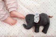 Pé do bebê no fundo listrado A vista da parte superior Foto de Stock Royalty Free