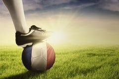 Pé do jogador de futebol com a bola pronta para jogar Fotografia de Stock