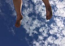 Pé e nuvens Imagens de Stock