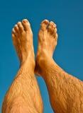 Pé e pés de um homem com céu azul Fotografia de Stock