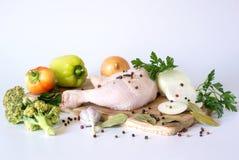 Pé e vegetais crus de galinha Imagens de Stock