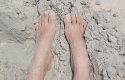 Pé na praia da areia Imagens de Stock