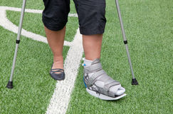Pé quebrado, muletas - ferimento dos esportes Fotografia de Stock