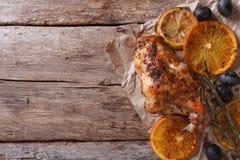 Pé Roasted do coelho com opinião superior horizontal das laranjas e das azeitonas Imagem de Stock