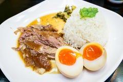 Pé Stewed da carne de porco no arroz imagem de stock