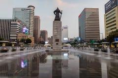Péché du soleil d'amiral Yi de statue à la place de Gwanghwamun à Séoul, Corée du Sud Images stock
