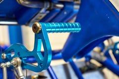 Pédale de freinage en acier bleue anodisée sur un kart d'aller photographie stock