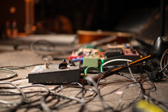 Pédale et câbles de guitare photographie stock libre de droits