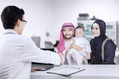 Pédiatre de visite de famille Arabe Images libres de droits