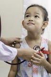 Pédiatre et un enfant Photos libres de droits