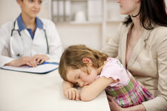 Pédiatre parlant à la mère et à l'enfant malade Photos libres de droits