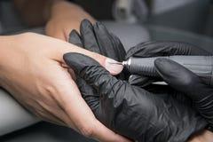 Pédicurie professionnelle de matériel utilisant la machine électrique Le manucure grinded les clous de la fille dans le salon de  photos libres de droits