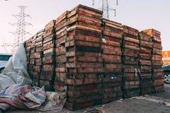 Pékin, Chine - 21 décembre 2014 : massif coloré de caisses empilé sur les palettes en bois sur un marché image libre de droits