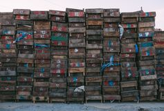 Pékin, Chine - 21 décembre 2014 : massif coloré de caisses empilé sur les palettes en bois sur un marché II images libres de droits