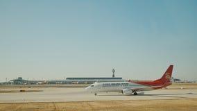 PÉKIN, CHINE - 1ER JANVIER 2018 : Mouche d'avion de passagers au-dessus de piste de décollage d'aéroport clips vidéos