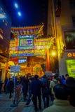 PÉKIN, CHINE - 29 JANVIER 2017 : Les gens marchant autour des rues avec du charme avec de petits restaurants, traditionnels Image stock