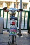 PÉKIN, CHINE - 10 MARS 2016 : Sur la rue est garée filent Image stock