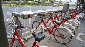 PÉKIN, CHINE - 6 septembre 2016 : Location de bicyclette pour le public Photo libre de droits