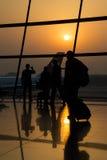 Pékin, Chine - vers en septembre 2015 : Silhouette des itinérants dans les sacs de transport d'aéroport Photos libres de droits