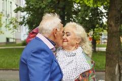 Pékin, photo noire et blanche de la Chine L'homme plus âgé embrasse une dame pluse âgé Concept : famille, amour, date Vêtements d Images stock