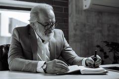 Pékin, photo noire et blanche de la Chine stylo et écriture de participation d'homme supérieur dans le carnet Image libre de droits