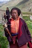 Pélerin tibétain avec la roue de prière, Népal Photographie stock libre de droits