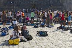 Pélerins dans le grand dos d'Obradoiro Photographie stock libre de droits