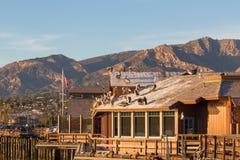 Pélicans sur le toit au quai de poupes en Santa Barbara, Californi Photographie stock