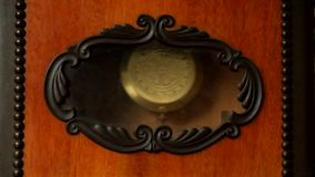 Péndulo del reloj de pared antiguo con el carillón almacen de video