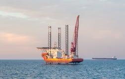 Péniche élévatrice en mer et un pétrolier Images libres de droits