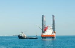 Péniche élévatrice et navire en mer d'approvisionnement Photographie stock