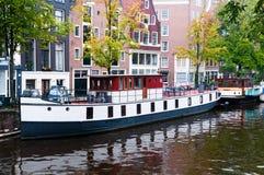 Péniche aménagée en habitation d'Amsterdam images stock
