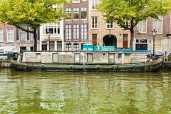 Péniche aménagée en habitation dans le canal d'Amsterdam Images libres de droits