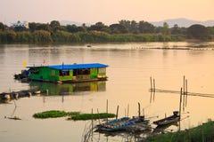 Péniche aménagée en habitation dans le fleuve Photos libres de droits