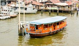 Péniche aménagée en habitation en Thaïlande Images stock