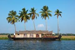 Péniche aménagée en habitation sur des mares du Kerala Photos stock