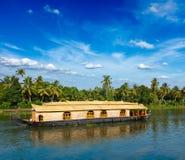 Péniche aménagée en habitation sur des mares du Kerala, Inde Images stock