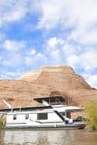 Péniche aménagée en habitation sur le lac Photographie stock