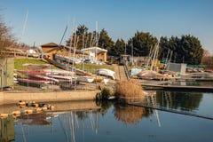 Péniche avec des voiliers et des canoës fondés près du lac water's de Fairlop image stock