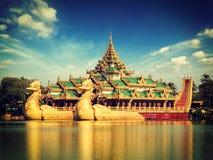 Péniche de Karaweik au lac Kandawgyi, Yangon Photos stock