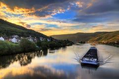 Péniche de rivière au coucher du soleil sur la rivière la Moselle Image stock