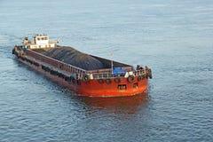 Péniche de transport de cargaison de minerai de fer Images libres de droits