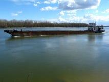 Péniche en amont sur le Danube Photos libres de droits