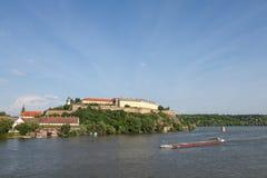 Péniche passant devant la forteresse de Petrovaradin à Novi Sad, Serbie Ce château est l'un des symboles de la Serbie, Photos libres de droits