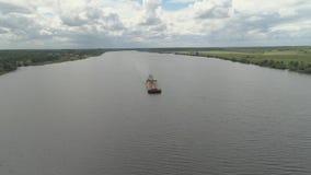 Péniche sur la rivière Volga clips vidéos